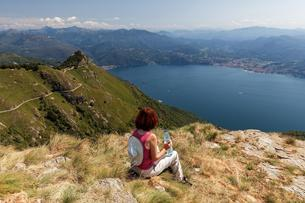 Hiker looks out from Morissolino to Lago Maggiore, on theの写真素材 [FYI02343647]