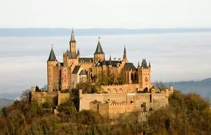 Hohenzollern Castle in autumn, Baden-Wurttemberg, Germanyの写真素材 [FYI02343664]
