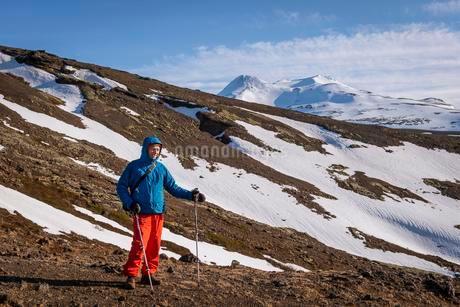 Hiker in front of a snowy landscape near Hvalfjaroarsveitの写真素材 [FYI02343667]