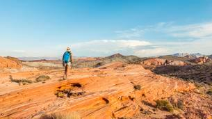 Woman hiking in the Valley of Fire State Park, Nevada, USAの写真素材 [FYI02343669]