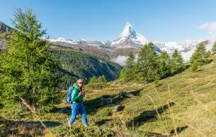 Hiker on 5-lakes hiking trail, snow-covered Matterhorn inの写真素材 [FYI02343676]