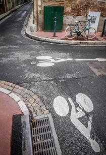 Bicycle parks next to a road surface marking for bicycleの写真素材 [FYI02343702]