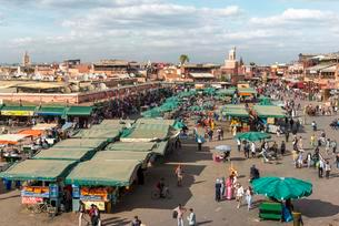 Locals on a busy place, Djemaa El Fna square, Marrakechの写真素材 [FYI02343703]
