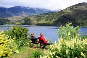 Couple on camping chairs at Lago Tranquilo, Valleの写真素材 [FYI02343705]