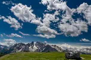 Kristallo Massif with cloudy sky, Prato Piazza, Dolomitesの写真素材 [FYI02343717]