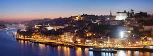 View over the Douro River to Ribeira, Porto, Region Norteの写真素材 [FYI02343720]