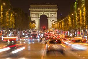 Triumphal arch with traffic, night scene, Champs-Elyseesの写真素材 [FYI02343742]