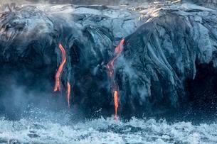 Lava entering ocean, Kamokuna, K?lauea Volcano, Hawai'iの写真素材 [FYI02343752]