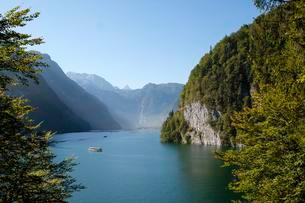 Excursion ship on Lake Konigssee in front of Echowandの写真素材 [FYI02343754]
