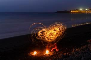 Night shot, fire dance, dance with torches on the beach, Laの写真素材 [FYI02343762]