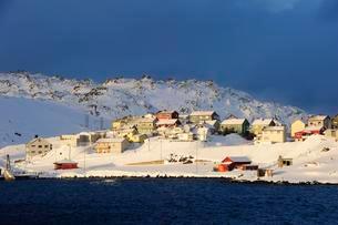 Snowy settlement, Honningsvag, Mageroya, Nordkappの写真素材 [FYI02343786]