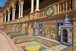 Azulejos in the Plaza de Espana, Seville, Andaluciaの写真素材 [FYI02343787]