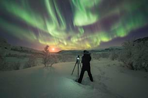 Photographer taking pictures of Northern Lights, Auroraの写真素材 [FYI02343789]