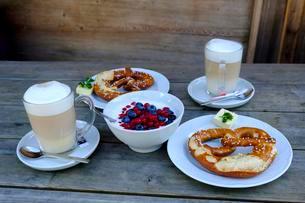 Snack, yoghurt with fresh fruit, pretzels and cappuccinoの写真素材 [FYI02343791]