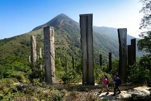 Hikers in front of wooden stelae at Wisdom Path, Lantauの写真素材 [FYI02343793]