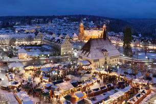 Christmas Market at dusk, Freudenstadt, Black Forestの写真素材 [FYI02343796]