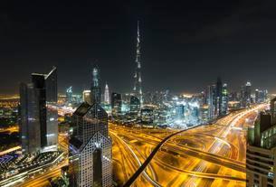 View of skyline from Shangri La Hotel at night, illuminatedの写真素材 [FYI02343802]