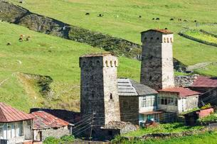 Traditional medieval Svanetian tower houses, Ushguliの写真素材 [FYI02343803]