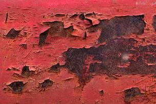 Weathered and flaked paint on rusty surfaceの写真素材 [FYI02343810]