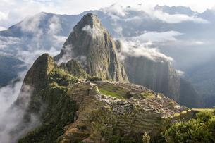 Inca city of Machu Picchu with fog and clouds, UNESCO Worldの写真素材 [FYI02343825]