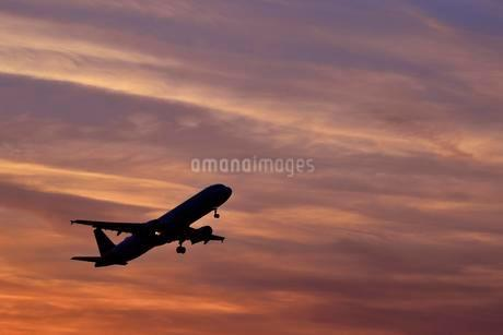 Silhouette, airplane taking off at sunset, Munich Airportの写真素材 [FYI02343829]