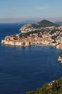 Historical Old Town of Dubrovnik with city wallsの写真素材 [FYI02343851]