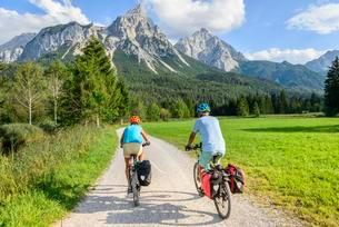 Two mountain bikers, on the cycle path Via Claudia Augustaの写真素材 [FYI02343853]