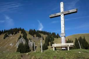Wooden cross on the hiking trail from Hirschalpe toの写真素材 [FYI02343875]