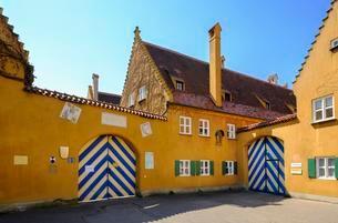 Fuggerei, Jakobsplatz, Augsburg, Swabia, Bavaria, Germanyの写真素材 [FYI02343884]