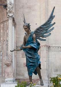 Blue angel in front of Verona Cathedral, bronze sculptureの写真素材 [FYI02343890]
