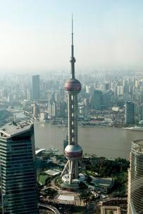 View from Jin Mao Tower to the Oriental Pearl TV Towerの写真素材 [FYI02343897]