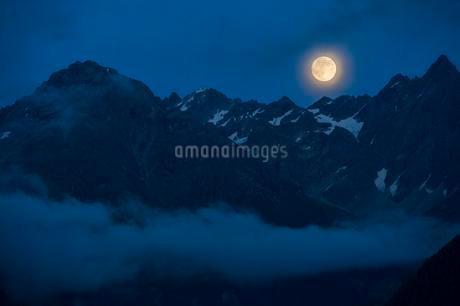 Full moon above the Kaunergrat ridge, Kaunertal valleyの写真素材 [FYI02343907]
