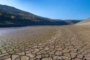 Dry cracks in the soil, Edersee, reduced to less than aの写真素材 [FYI02343913]