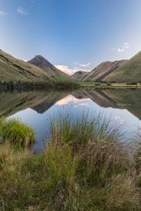 Mountains are reflected in Lake, Moke Lake near Queenstownの写真素材 [FYI02343924]