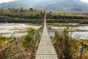 Longest suspension bridge of Bhutan over river Puna Tsangの写真素材 [FYI02343939]