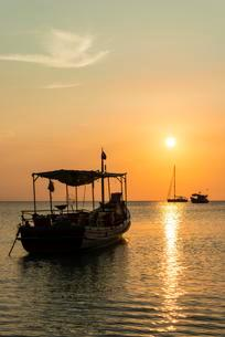 Fishing boat in sea at sunset, Koh Tao Island, Gulf ofの写真素材 [FYI02343940]