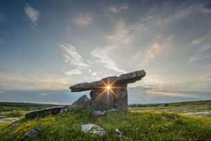 The Poulnabrone Dolmen with Sun Star, Pre-Historicの写真素材 [FYI02343947]