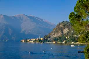 View over lake to the village, Varenna, Lake Como, Lago diの写真素材 [FYI02343948]