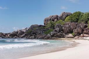 Grand Anse sandy beach with black granite rocks, La Digueの写真素材 [FYI02343953]