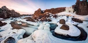 Partially frozen waterfall oxararfoss in winter, riverの写真素材 [FYI02343958]
