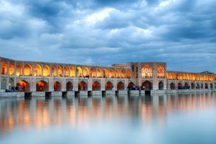 Illuminated Khaju Bridge, Pol-e Ch?dschu Bridge, Isfahanの写真素材 [FYI02343963]