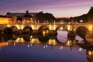 Angel Bridge, Dawn, Tiber, Rome, Lazio, Italy, Europeの写真素材 [FYI02343966]