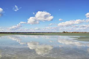 Cloud atmosphere over the half-frozen lake Warmseeの写真素材 [FYI02343973]