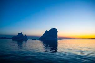 Icebergs at sunset, midnight sun, Scoresbysund, Eastの写真素材 [FYI02343979]