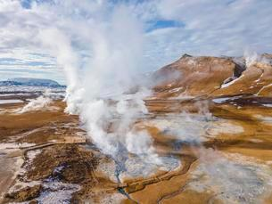 Aerial view, steaming river and fumaroles, geothermal areaの写真素材 [FYI02343980]