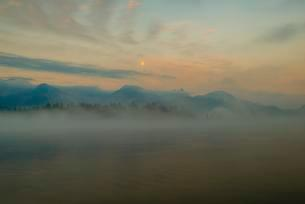 Early morning at full moon, Lake Hopfensee in Fussenの写真素材 [FYI02343999]