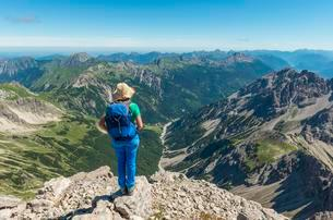 Hiker with views of mountains and Alps, view from theの写真素材 [FYI02344012]