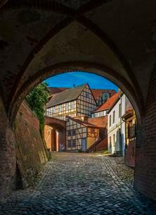 Gate of the city wall with a view of timbered housesの写真素材 [FYI02344024]
