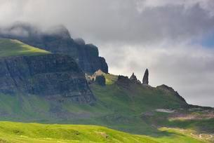 Rock formation Old Man of Storr, near Portree, Isle ofの写真素材 [FYI02344041]
