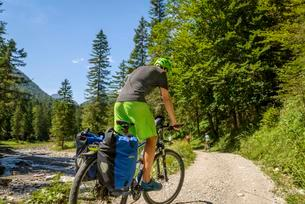 Cyclist on cycle path, crossing the Alps, cycle tourの写真素材 [FYI02344052]